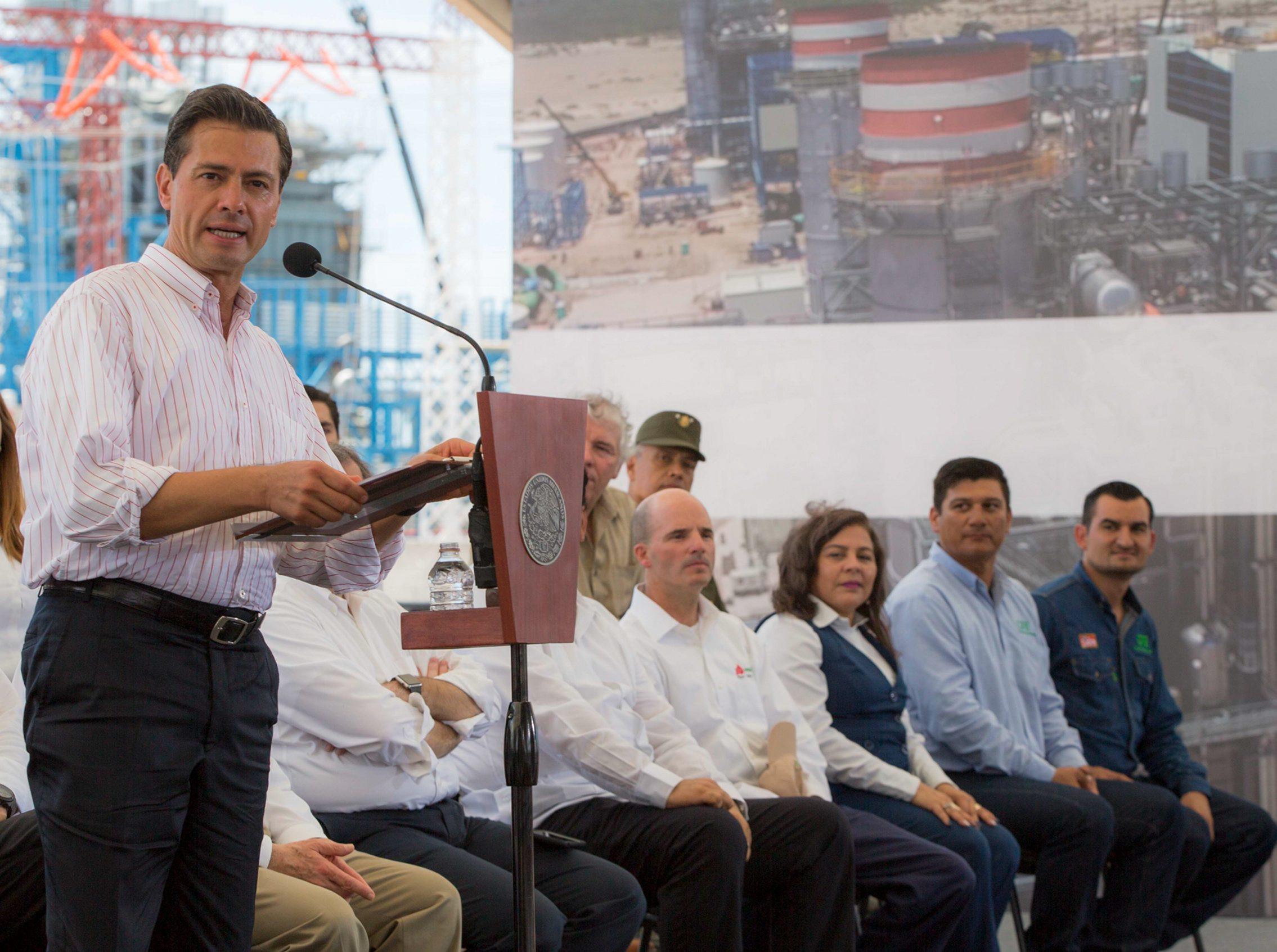 70816164. Empalme, Sonora, 16 Ago 2017 (Notimex- Presidencia).- El presidente Enrique Peña Nieto encabezó la conmemoración del 80 Aniversario de la Comisión Federal de Electricidad, en el que informó que esta empresa hoy en día brinda servicio al 98.6 por ciento de los mexicanos. NOTIMEX/FOTO/PRESIDENCIA/COR/POL/