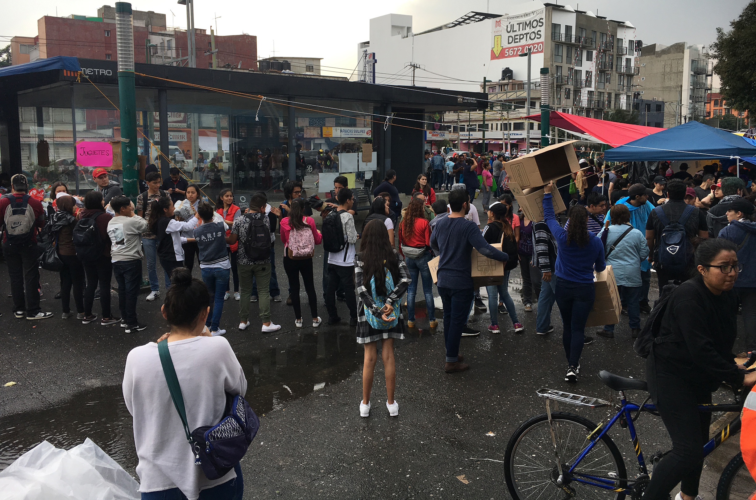 70923016.México, 23 Sep (Notimex-Angélica Guerrero).- En camionetas, bicicletas o a pie continuó la llegada en cascada de miles de jóvenes a lo largo del día en los diversos centros de acopio para cargar cajas y separar productos, por otro en postes de luz se colocan cartulinas pra solicitar apoyo, debido al sismo del 19 de septiembre. NOTIMEX/FOTO/ANGÉLICA GUERRERO/DIS/SISMO17
