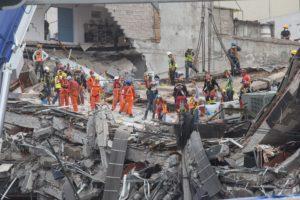 CIUDAD DE MÉXICO, 23SEPTIEMBRE2017.- Continúan los trabajos de rescate de personas enterradas en los escombros del edificio colapsado en Avenida Álvaro Obregón por el sismo de 7.1 grados richter del pasado 19 septiembre. FOTO: TERCERO DÍAZ /CUARTOSCURO.COM