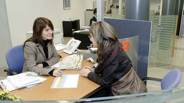Interior de una oficina de La Caixa, banco, operaciones, trámites, gestiones bancarias, sucursal.