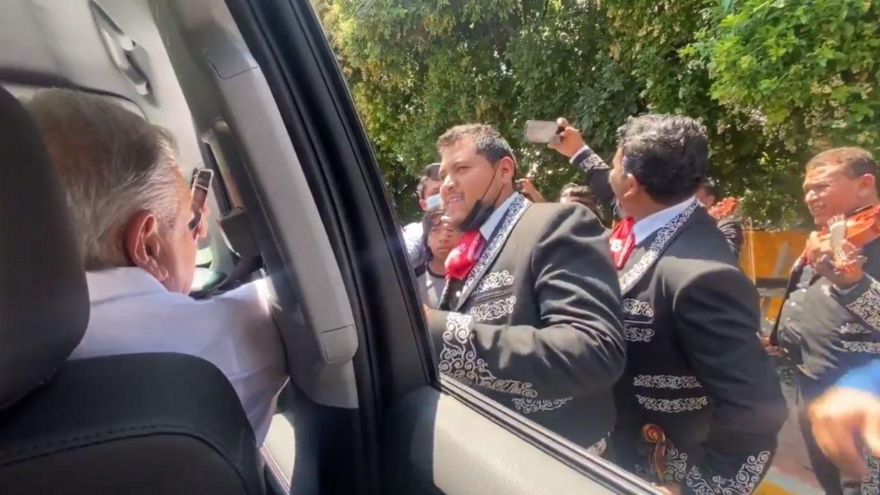 AMLO-mariachis-chiapas-cnte