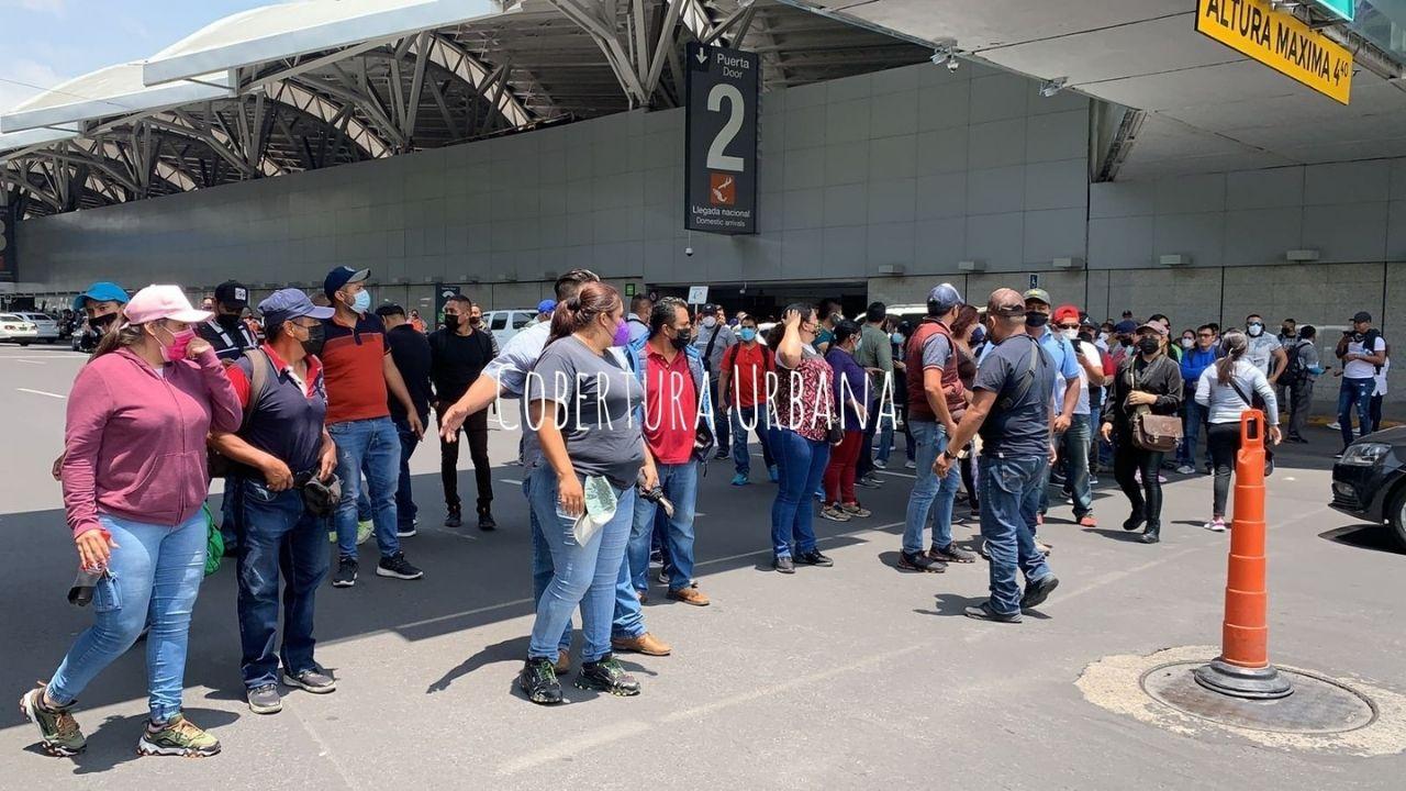 expolicias-federales-bloquean-accesos-aeropuerto-aicm